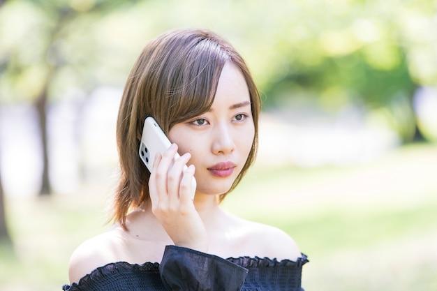 Joven asiática con un teléfono inteligente