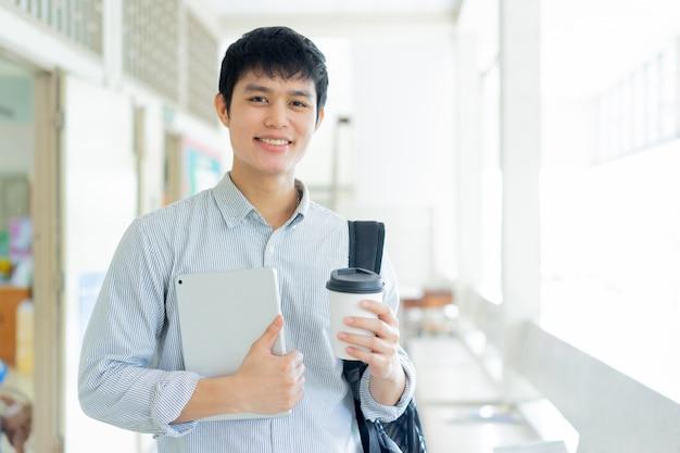 Joven asiática en la universidad para la educación
