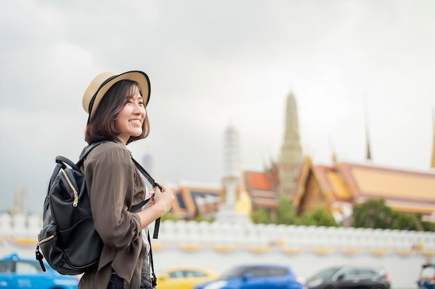 Joven asiática viaje mujer está disfrutando con hermoso lugar en bangkok, tailandia