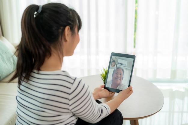 Joven asiática virtual happy hour reuniéndose y hablando en línea junto con su madre