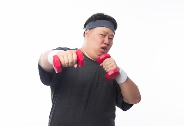 Joven asiático divertido deporte gordo hombre ejercicio con mancuernas aislado