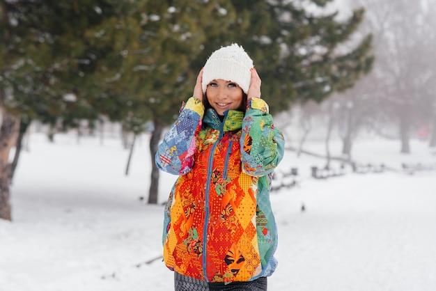 Joven atlética posa en día helado y nevado.