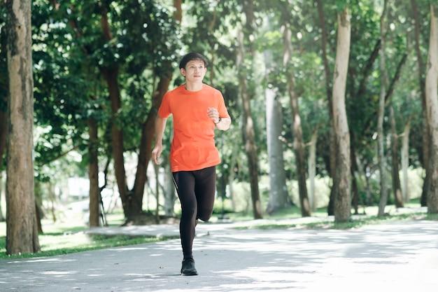Joven atlético corriendo por la mañana.