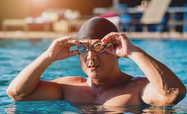 Joven atlético nadando en la piscina