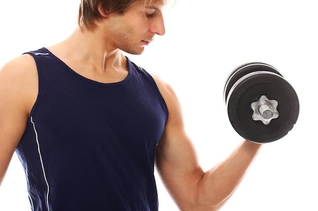 Joven atlético con ropa deportiva con pesas