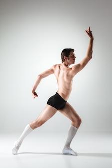 La joven y atractiva bailarina de ballet moderno