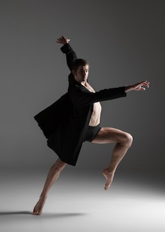 Joven y atractiva bailarina de ballet moderno