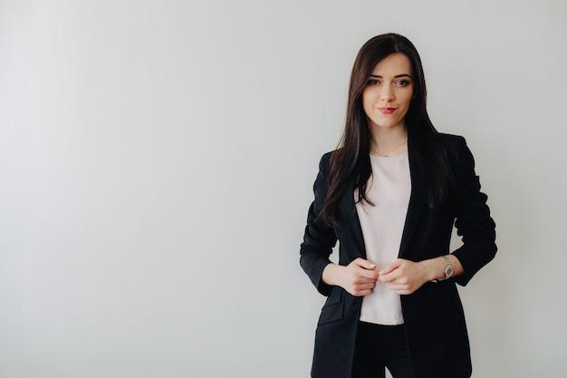 Joven atractiva chica emocional en ropa de estilo empresarial