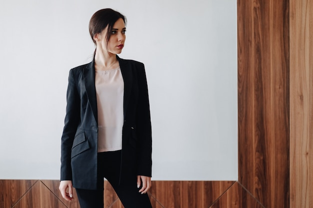 Joven atractiva emocional en ropa de estilo de negocios