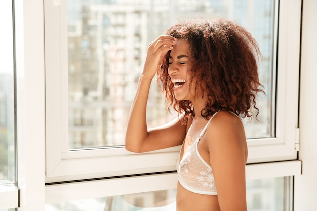Joven atractiva mujer afroamericana en lencería posando
