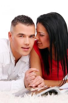 Una joven y atractiva pareja feliz