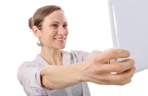 Joven atractiva tomando selfie con tableta