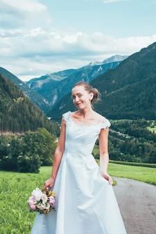 Joven atractiva en vestido de novia