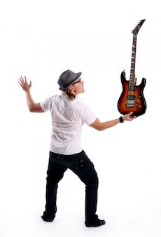 Un joven atractivo con guitarra