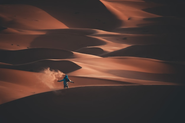 Joven aventurero en un desierto