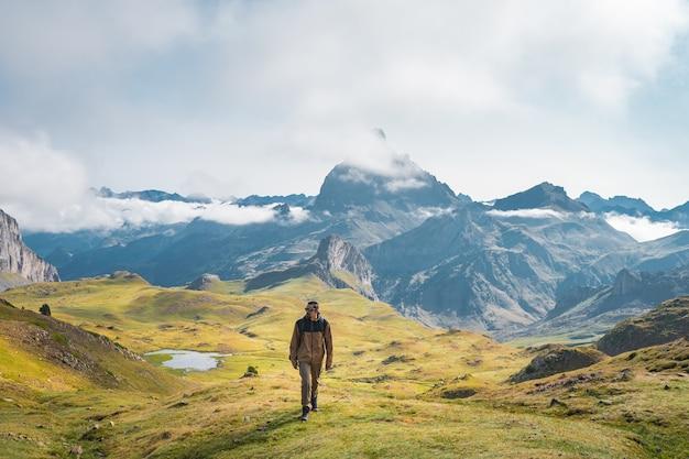 Joven aventurero trekking en las altas montañas, estilo de vida, relajación y libertad