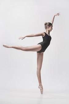 Joven bailarín clásico aislado en blanco.