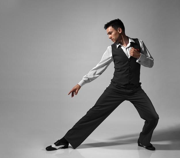 Joven bailarín profesional masculino bailando en estudio.