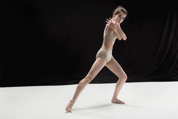 Joven bailarina adolescente en piso blanco