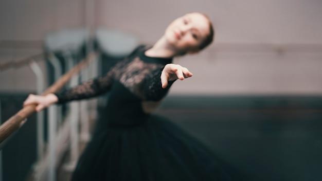 Joven bailarina de ballet clásico practicando en el estudio de baile