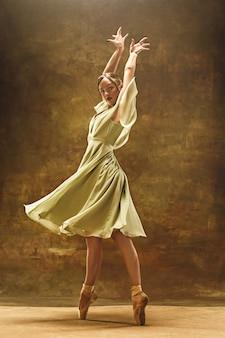 Joven bailarina de ballet. mujer bonita armoniosa con vestido
