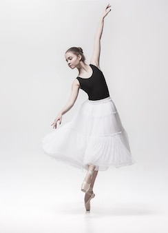 Joven bailarina clásica aislada en blanco.