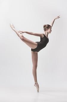 Joven bailarina clásica bailando sobre fondo blanco. proyecto bailarina.