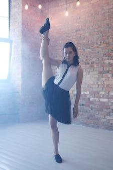 Joven bailarina estiramiento