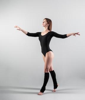 Joven bailarina hermosa posando en el estudio