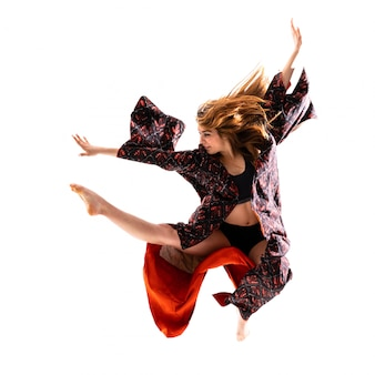 Joven bailarina con kimono saltando