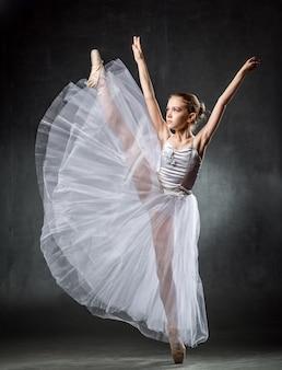 Joven bailarina mostrando los elementos de baile en un darkwall ballet.