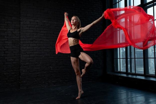 Joven bailarina rubia en ropa interior bailes de ropa interior.