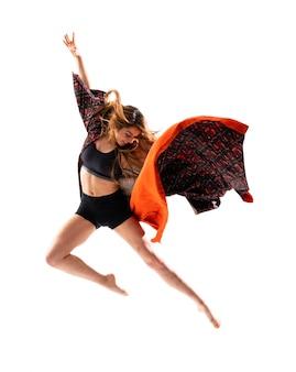Joven bailarina saltando kimono