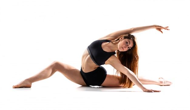 Joven bailarina sobre blanco aislado