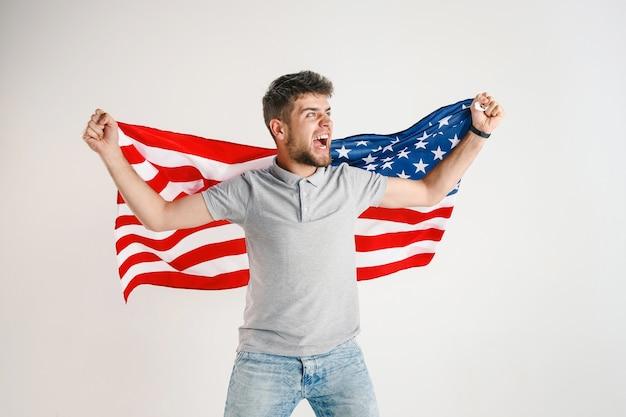 Joven con la bandera de estados unidos de américa
