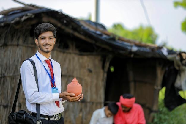 Joven banquero indio visita al agricultor en casa