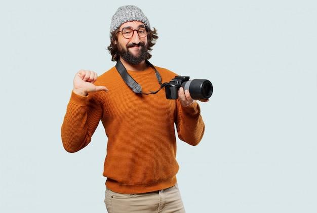Joven barbudo con cámara de fotos