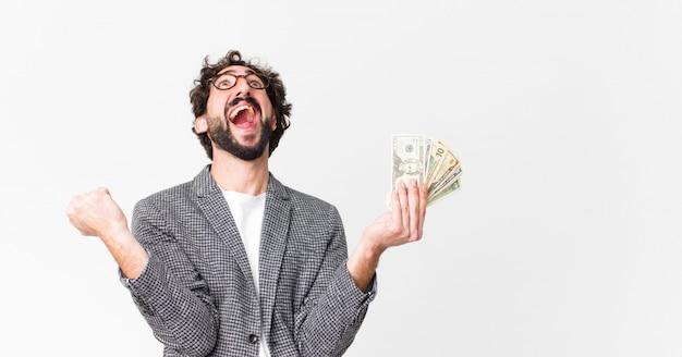 Joven barbudo loco con billetes de dólar