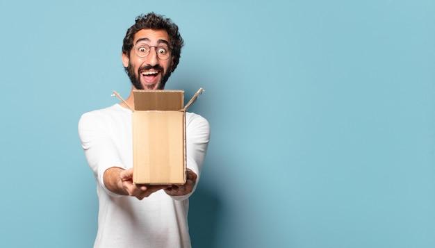 Joven barbudo loco recibiendo un paquete de cartón