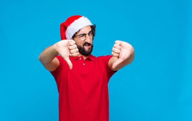 Joven barbudo loco con sombrero de santa. concepto de navidad