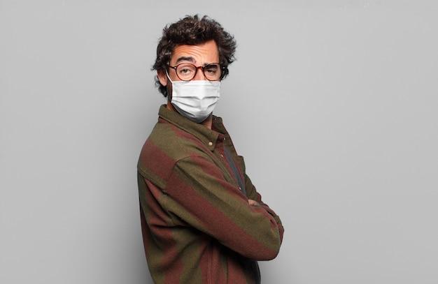 Joven barbudo con máscara médica