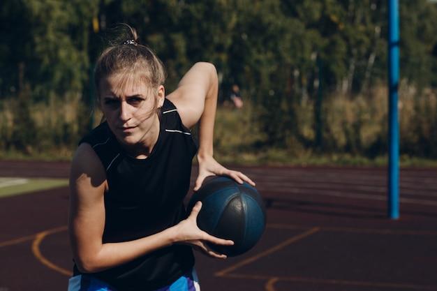 Joven basquetbolista jugando street ball