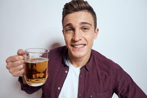Joven bebiendo cerveza