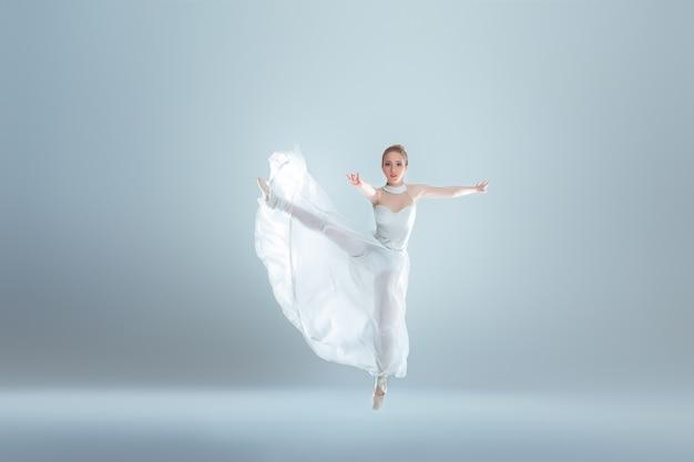 Joven y bella bailarina de ballet