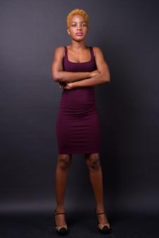 Joven y bella mujer africana en negro