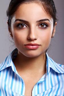 Joven y bella mujer en blusa a rayas