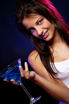 Joven y bella mujer en la discoteca