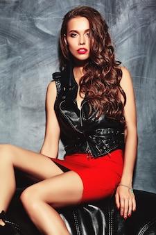 Joven y bella mujer en falda y chaqueta de moda verano rojo.