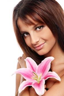 Joven y bella mujer con flor de lirio