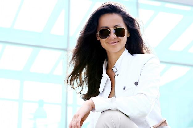 Joven y bella mujer con gafas de sol
